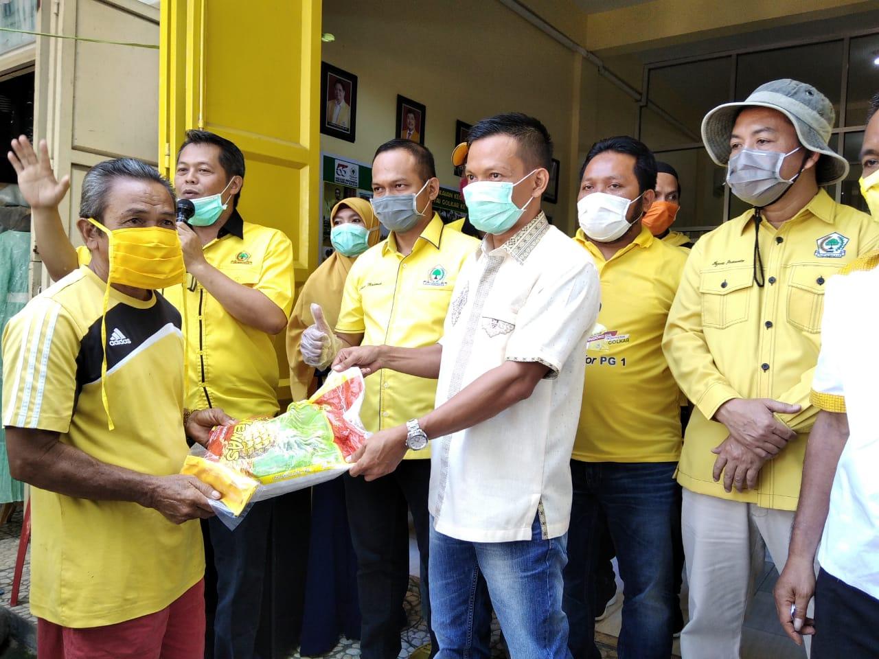 Pembagian Sembako dan Masker oleh Pengurus Dewan pimpinan daerah (DPD) Golkar Polman